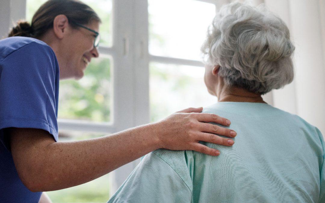 Cuida al adulto mayor frente a las fracturas por fragilidad en casa